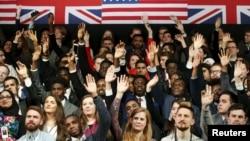 英國年輕人踴躍舉手向奧巴馬發問