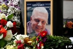 20일 우크라이나 키예프에서 폭발 사건으로 파벨 셰레메트 기자가 숨진 장소에 그의 사진과 꽃다발들이 놓여있다.