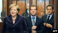 Từ trái: Thủ tướng Ðức Angela Merkel, Tổng thống Nga Dmitri Medvedev và Tổng thống Pháp Nicolas Sarcozy đến dự hội nghị ở Dauville