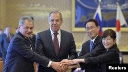 Bộ trưởng Quốc phòng Nga Sergei Shoigu (trái) và Bộ trưởng Ngoại giao Nga Sergei Lavrov (thứ 2, trái) bắt tay với Bộ trưởng Ngoại giao Nhật Bản Fumio Kishida (thứ 2, phải) và Bộ trưởng Quốc phòng Tomomi Inada trước hội nghị bộ trưởng quốc phòng và ngoại giao Nhật-Nga ở Tokyo, ngày 20/3/2017 (ảnh tư liệu).