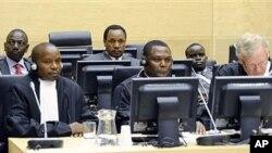 2011年4月7号,前肯尼亚教育部长鲁托Ruto(后排左)、前肯尼亚工业部长科斯格Kosgey(后排中)和肯尼亚广播人员桑格Sang (后排右)出席海牙国际刑事法庭审判