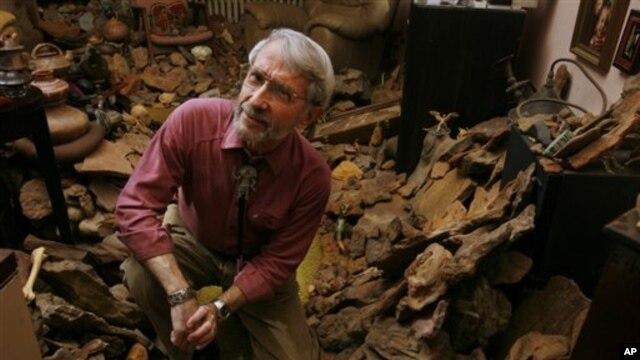 """Ray Stanford yang telah mengumpulkan lebih dari 1.000 jejak kaki berbagai jenis dinosaurus, mengubah ruang tamunya menjadi apa yang disebutnya""""Museum Stanford"""" (foto: Dok)."""