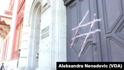 """Ulazna vrata u zgradu rektorata studenti su prelepili trakom na kojoj piše """"cenzurisano"""", Foto: VOA"""