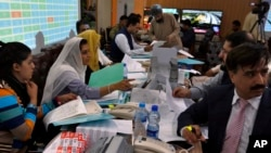انتخابات کے بعد پاکستان الیکشن کمشن کا عملہ نتائج مرتب کر رہا ہے۔