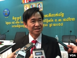FILE: Hang Puthea talks to journalists after the meeting at National Election Committee on 27 June 2018. (Kann Vicheika/VOA Khmer)