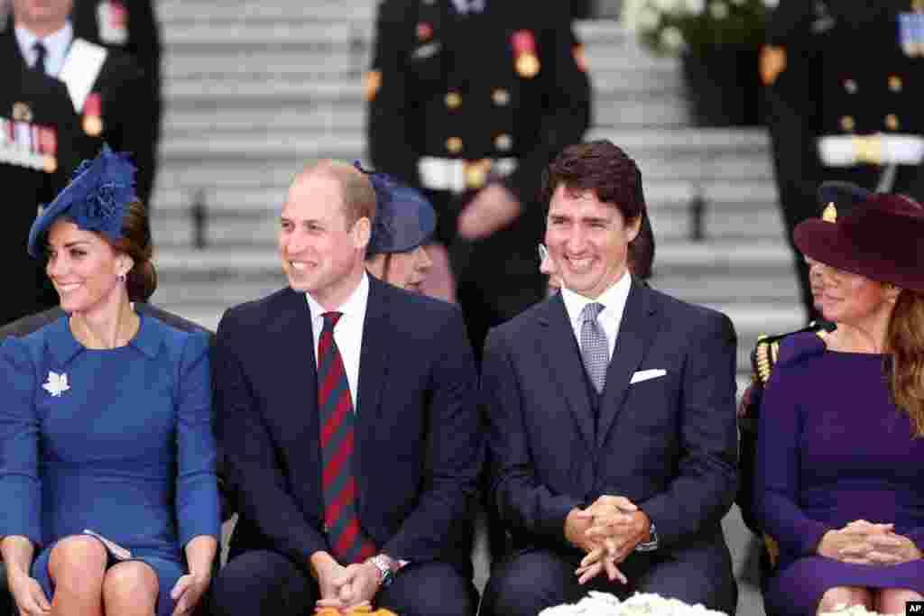 Pangeran William dari Inggris dan istrinya Catherine didampingi oleh Perdana Menteri Justin Trudeau dan istrinya Sophie Gregoire Trudeau dalam upacara penyambutan resmi di gedung parlemen British Columbia (24/9).