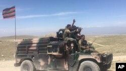Biệt động Afghanistan tuần tra tại làng Pandola gần nơi lực lượng Mỹ đánh bom thuộc quận Achin, đông Kabul ngày 14/4/2017.