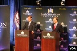 布莱特(左)与特拉米尔两位教授竞选辩论(美国之音杨晨拍摄)