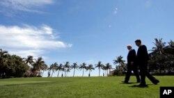 លោកប្រធានាធិបតី ដូណាល់ ត្រាំ និងលោកប្រនាធិបតីចិន ស៊ី ជីងពីង កំពុងដើរជាមួយគ្នាក្រោយពេលជួបប្រជុំនៅ Mar-a-Lago នៅរដ្ឋ Florida កាលពីសប្តាហ៍មុន។