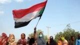 Para warga Sudan menggelar protes terhadap kudeta yang dilakukan pihak militer terhadap pemerintahan transisi yang berkuasa, di Distrik al-Shajara, sebelah selatan ibu kota Sudan, Khartoum, pada 25 Oktober 2021. (Foto: AFP)
