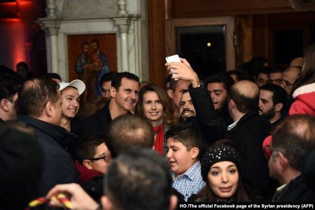 Suriye Devlet Başkanı Beşar Esat ve eşi Esma 2015 yılında Şam'da bir Katolik kilisesini ziyaret ederken