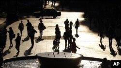 Warga Yunani di lapangan Syntagma, Athena (foto: dok). Pengangguran di Yunani mencapai tingkat tertinggi, naik 17 persen dari tahun lalu.