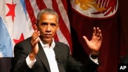 ABŞ-ın keçmiş prezidenti Barak Obama Çikaqo universitetində gənclər forumunda nitq söyləyir