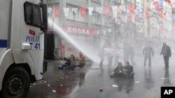 تلاش پلیس ترگیه برای متفرق کردن راهپیمایان در روز جهانی کارگر در استانبول - ۱۱ اردیبهشت ۱۳۹۴