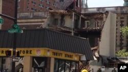 Nhân viên cứu hộ có mặt tại hiện trường, nơi tòa nhà bị sập, 5/6/2013 (AP Photo/Jacqueline Larma).