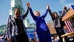 미국 민주당 대선 후보 지명에 필요한 과반 대의원을 확보한 힐러리 클린턴 후보(가운데)가 6일 캘리포니아주 롱비치에서 캐런 바스 연방하원의원(왼쪽)과 맥신 워터스 연방하원의원과 함께 기뻐하고 있다.