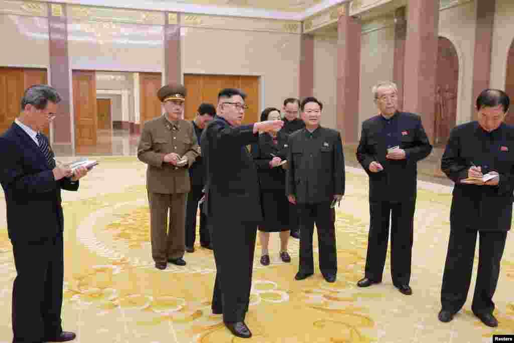김정은 북한 국무위원장이 증·개축한 조선혁명박물관에서 당 간부 및 관계자들과 대화하고 있다.