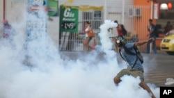 브라질 리우데자네이루의 기차역 앞에서 6일 교통요금 인상에 항의하는 시위대가 경찰과 충돌했습니다.