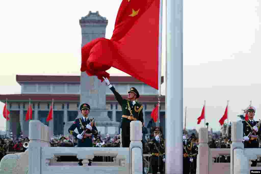 2018年1月1日,中国人民解放军取代武警在北京天安门广场举行国庆升旗仪式。