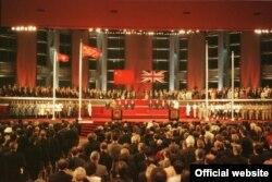 1997-ci ildə Honq Konqu Çinə qaytaranda Britaniya hökuməti ərazidə siyasi-iqtisadi azadlıqların qorunacağına 50 illik təminat almışdı.