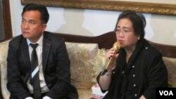 Rachmawati Soekarnoputri, yang ditangkap karena tuduhan rencana makar, dan pengacaranya Yusril Ihza Mahendra dalam jumpa pers di kediamannya di kawasan Jatipadang, Jakarta Selatan, Rabu (7/12). (Fathiyah Wardah/VOA)