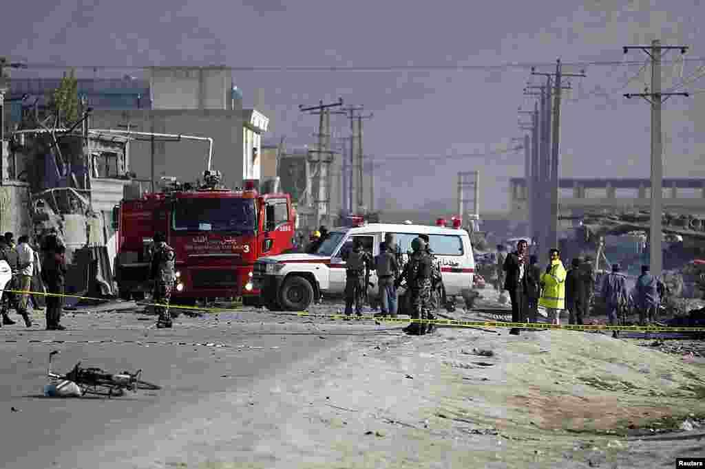 Integrantes de las fuerzas de seguridad de Afganistán inspecciones el lugar donde explotó el coche bomba en Kabul. (Reuters/Omar Sobhani).