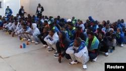 Para migran Afrika menunggu Misrata, Libya untuk dievakuasi ke Niger.
