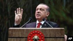 Presiden Turki Recep Tayyip Erdogan berbicara dengan sekolompok petani di Ankar (14/11).