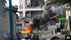 Militan Somalia menyerang sebuah hotel di Mogadishu hari Minggu (1/11).
