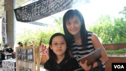 香港市民羅小姐(右)帶同就讀小學三年級的女兒參加罷課體驗日
