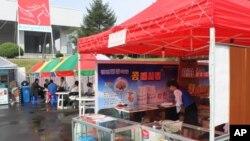 대회장 주변에 설치된 임시 매점. 북한 내 휴대전화 회사인 고려링크의 광고도 눈에 띈다.
