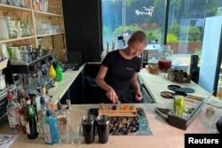 Bartender membuat minuman di After Bark, bar yang juga menyajikan koktail untuk anjing, di London, Inggris 22 Juli 2021. (REUTERS/Tara Oakes)