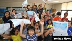 지난 10일 서울 양천구 신서초등학교에서 열린 방학식에서 4학년 학생들이 환호하고 있다.