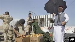一名利比亚部落长老为反政府武装成员分发食物