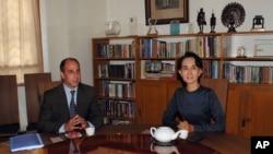 聯合國人權特使金塔納(左)2013年2月16日在仰光昂山素姬(右)的家中舉行會談。