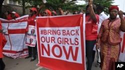 今年四月被博科聖地武裝綁架的200多名女學童已達六個月之久﹐民眾要求武裝分子釋放她們。