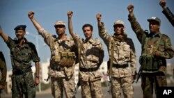 지난 4일 예멘 사나에서 후티 반군이 정부 군복을 입고 구호를 외치고 있다.