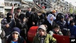 Des centaines de Syriens vont chercher de la nourriture dans la capitale, Damas, en Syrie, le 14 janvier 2015.