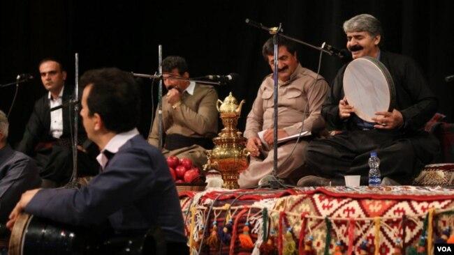 اجرای یک گروه موسیقی کردی در سنندج