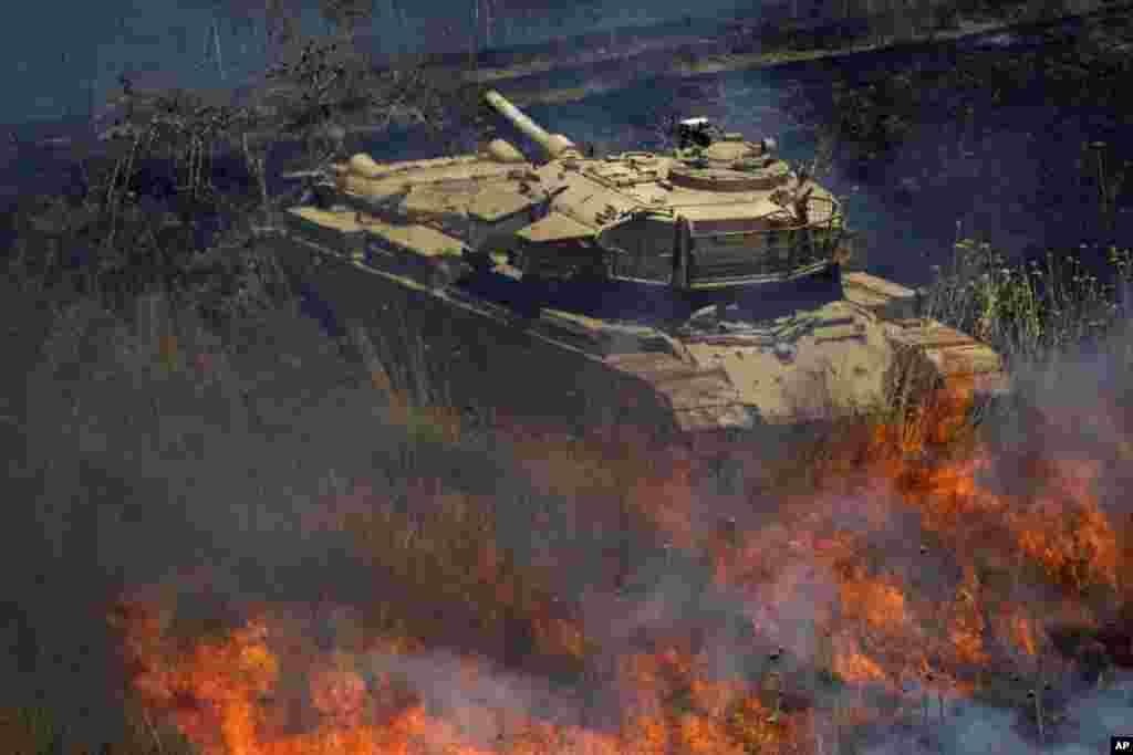 Xe tăng bị lửa bủa vây sau khi đạn cối từ Syria bắn vào cao nguyên Golan, Israel kiểm soát phát nổ. Ba quả đạn cối phát nổ phía bên hàng rào biên giới của Israel với Syria trên cao nguyên Golan. Không có thương vong hay thiệt hại được báo cáo từ vụ việc này.