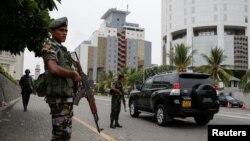 Binh sĩ tuần tra bên ngoài một khách sạn sang trọng, vài ngày sau một loạt những vụ đánh bom vào Chủ nhật Phục sinh ở thủ đô Colombo, Sri Lanka, ngày 27 tháng 4, 2019.