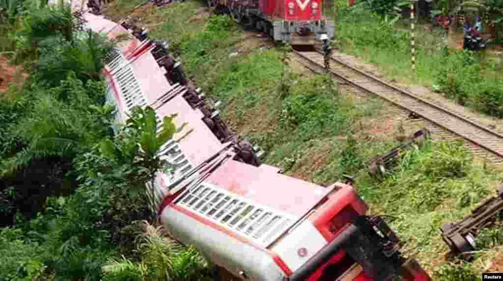 Plusieurs wagons d'un train reliant Yaoundé et Douala ont déraillé près de la gare Eseka, près de Douala, 21 octobre 2016. .