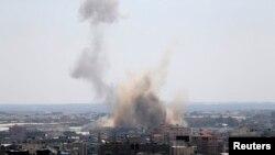 2014年8月8日目击者说是以色列飞机轰炸了加沙南部后升起的浓烟。