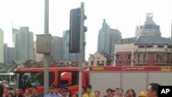 上海地鐵追撞後﹐地面上的消防車和救護車
