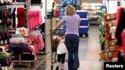 مادری و دخترش در فروشگاه «وال مارت» در «راجرز» ایالت آرکانزا. مصرفکنندگان عامل اصلی رشد تولید ناخالص ملی بودند.