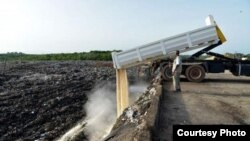 စားသံုးရန္မသင့္တဲ႔ ဆန္ေတြကို အိုင္ဗရီကိုစ္႔ ဖ ်က္ဆီး။ (Courtesy Photo -GhanaWeb)