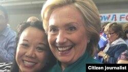 ຍານາງສົມຟອງ ບັກຄຳ (ຊ້າຍ) ແລະທ່ານນາງ Hillary Clinton ທີ່ເມືອງ Des Moines ລັດ IOWA.