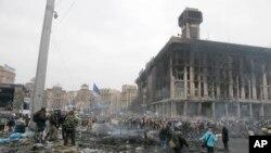 2014年2月20日,在乌克兰首都基辅的独立广场,反政府抗议人群和警察发生冲突后的广场残破情况。