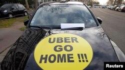 Pengemudi taksi di Perancis dan negara-negara lain memprotes kehadiran Uber dan menuntut agar layanan Uber dihentikan, Paris, 26 Januari 2016.