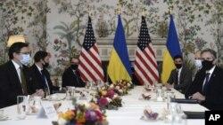 Američki državni sekretar Entoni Blinken (D) na sastanku sa ukrajinskim šefom diplomatije Dmitrom Kulebom u Briselu ( Foto: Johanna Geron, Pool via AP)